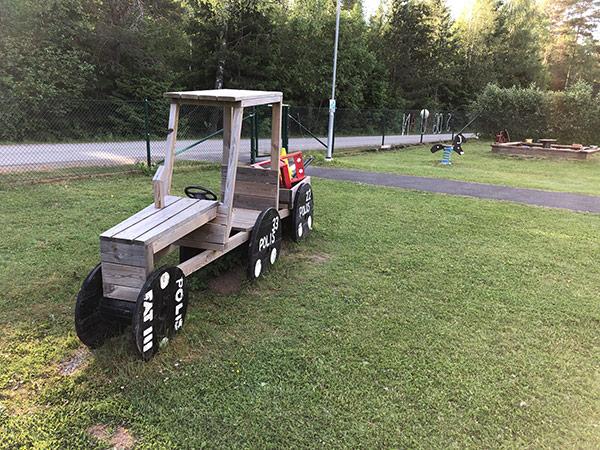 Bil byggd av föräldrar på en arbetsdag på Skogsduvans förskola i Mossebo.